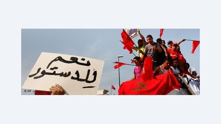 """""""Ja zur Verfassung!"""" - Regierungsanhänger demonstrieren in Rabat; Foto: AP"""