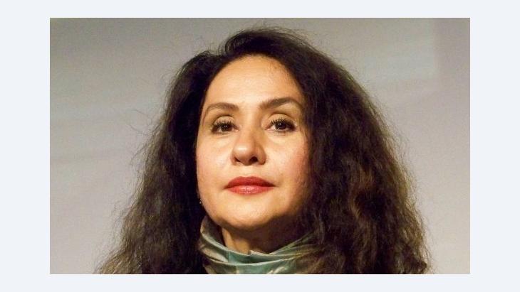 """الكاتبة السعودية رجاء عالم التي حصدت البوكر عن روايتها """"طوق الحمام"""""""