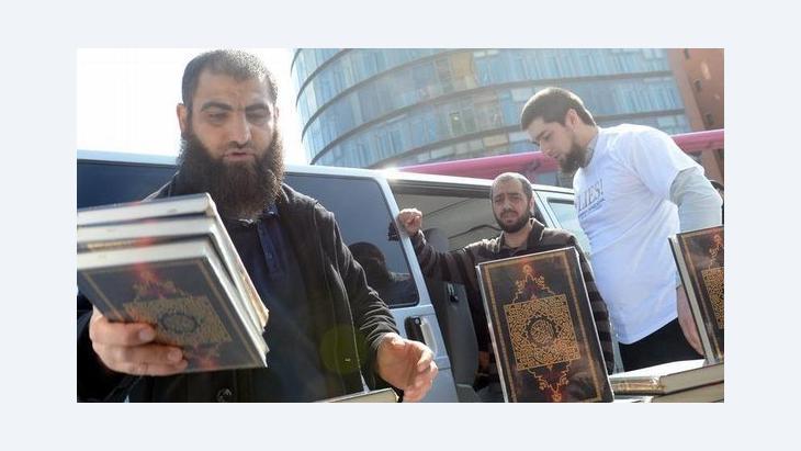 سلفيون يوزعون نسخاً من القرآن الكريم مجاناً في برلين. د ب أ