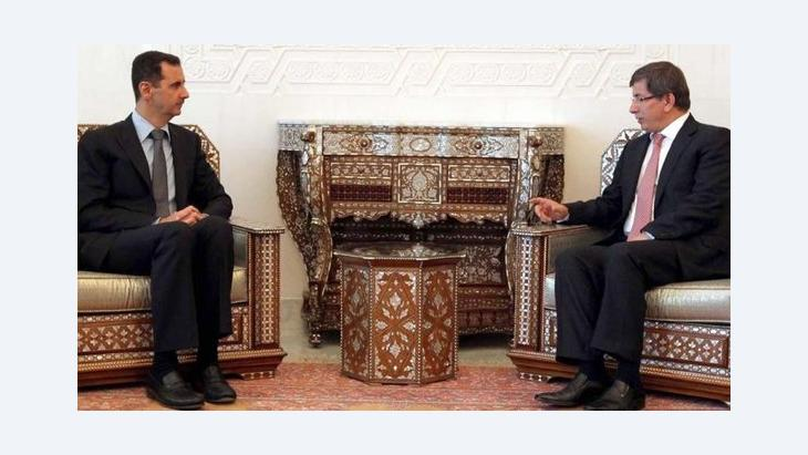 بشار الأسد مجتمعا بأحمد داود أوغلو، وزير الخارجية التركي في دمشق، الصور د.ب أ