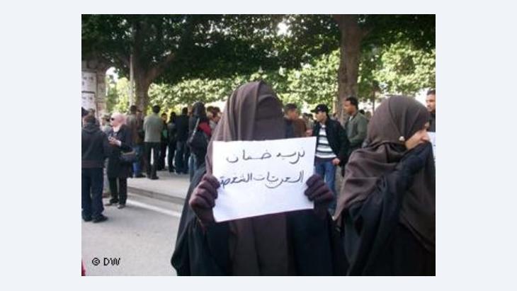 منقبات يطالبن يتظاهرن احتجاجا على منع احداهن من التسجيل في الجامعة بتونس