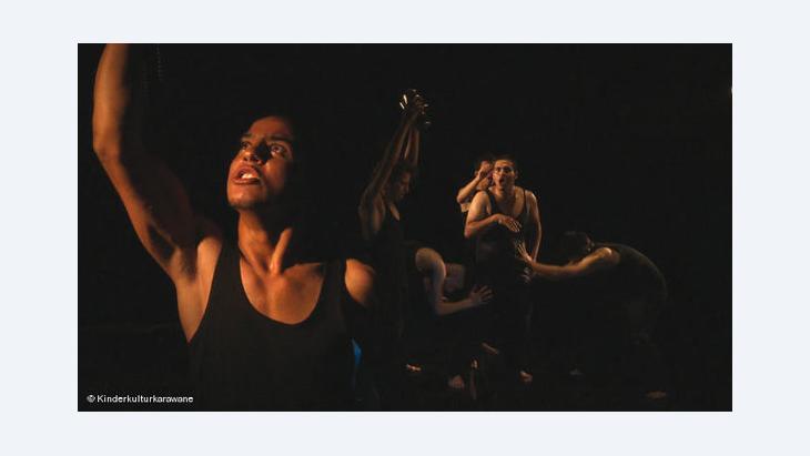 """مسرجية """"شو كمان"""" أول مسرحية تقدمها فرقة مسرح الحرية بعد اغتيال مؤسس الفرقة جوليانو ميرخميس في أبريل الماضي"""