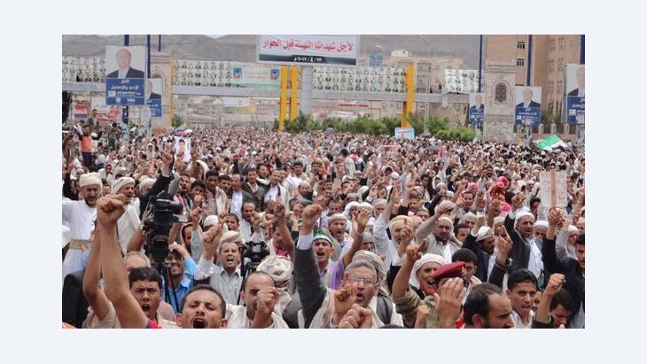 مظاهرة نظمها شباب التغيير في اليمن مطالبين بإعادة هيكلة الجيش والتهيئة لمؤتمر الحوار وعدم تجاهل مطالب الثوار الشباب في مؤتمر الحوار الوطني الشامل. أبريل/ نيسان 2012 . دويتشه فيله