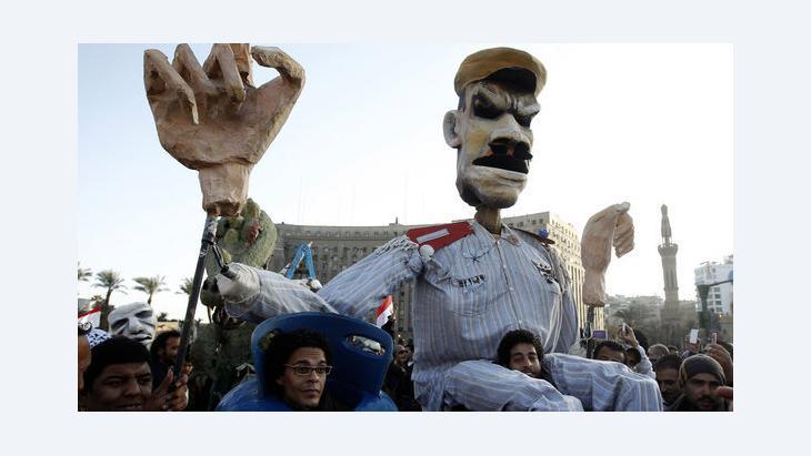 متظاهرون يحملون دمية في ميدان التحرير بالقاهرة تمثل في نظرهم الرئيس مرسي. رويترز
