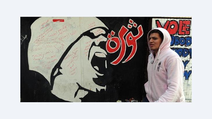 هل تعيد ثورات الحرية العربية الاحترام لآدمية الانسان العربي، ملصق يمجد الثورة في القاهرة، الصورة د.ب.ا: