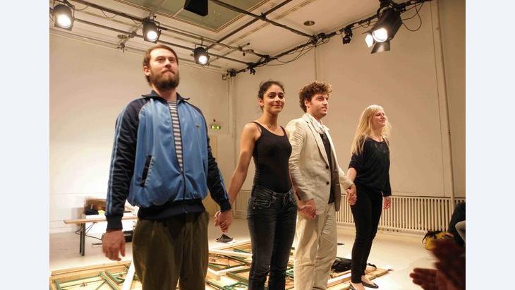 ممثلون مشاركون في العمل المسرحي، الصورة عازم