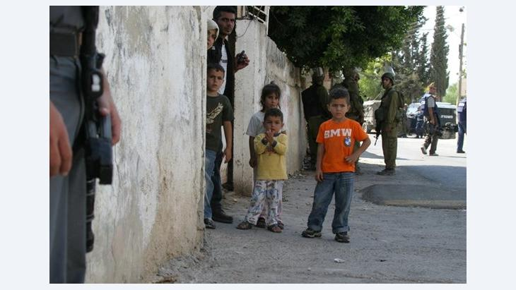 يصور فيلم ''خمس كاميرات مكسورة'' للمخرجين الفلسطيني عماد برناط والاسرائيلي جاي دفيدي النضال السلمي لبلدة بلعين في الضفة الغربية ضد الجدار الفاصل