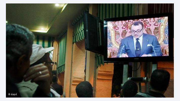 جلس المغاربة امام التلفزيون لمشاهدة خطاب ملكهم
