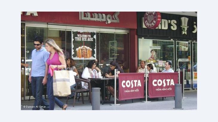 مطاعم ومقاهي وحانات مختلفة ومتنوعة تضفي طابعا حيويا على شارع الحمرا...ليلا نهارا