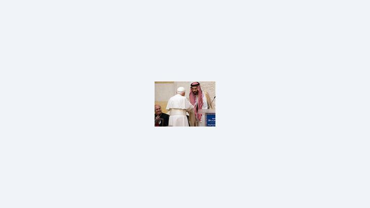 الأمير غازي بن محمد مستشار العاهل الأردني الملك عبد الله الثاني للشؤون الدينية  والبابا في مسجد الملك عبد الله، الصورة: ا.ب