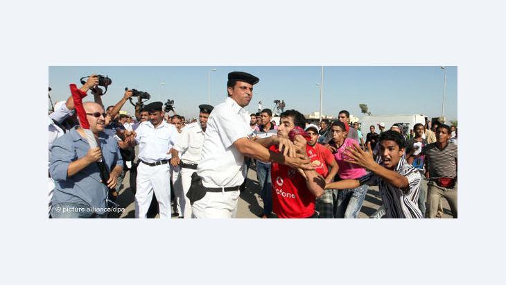 الشرطة المصرية تحاول منع المتظاهرين من الوصول إلى ميدان التحرير، الصورة  د. ب.أ