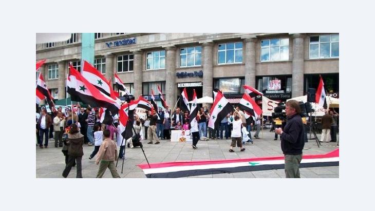 بعض السوريين يتظاهرون في ألمانيا تضامناً مع أبناء شعبهم، وشارك معهم بعض العرب والألمان