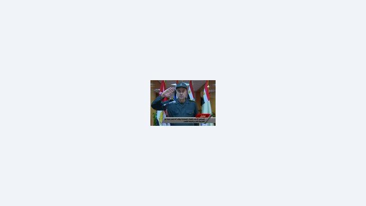، لواء مصري يؤدي التحية العسكرية إلى ضحايا الانتفاضة الشعبية الصورة ا.ب