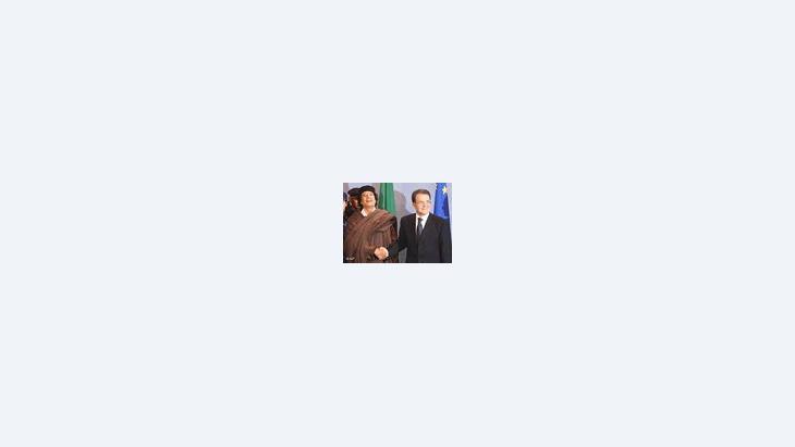 العقيد القذافي مع الرئيس السابق للمفوضية الأوربية رومانو برودي في بركسل، الصورة: أ ب