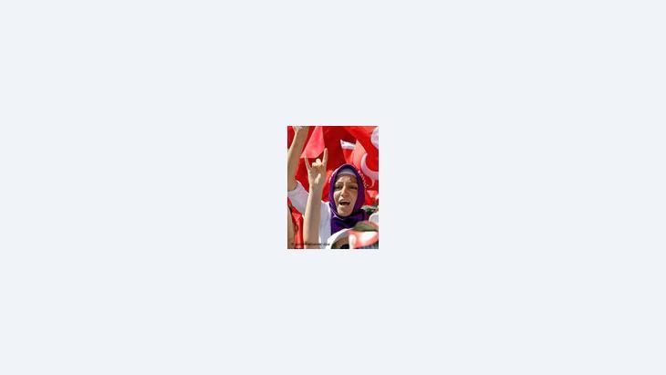 امراة تركية متحجبة تتظاهر لرفع حظر الحجاب في جامعات تركيا، الصورة: د.ب.ا