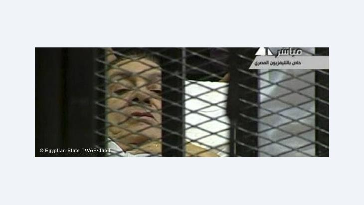 مبارك في قفص الاتهام على سرير طبي في أولى جلسات محاكمته