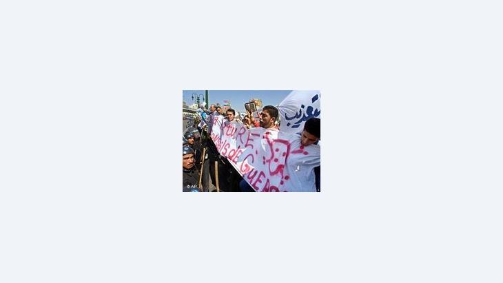 الإخوان المسلمون يطلقون شعارات معادية ضد النظام المصري، الصورة: أ ب