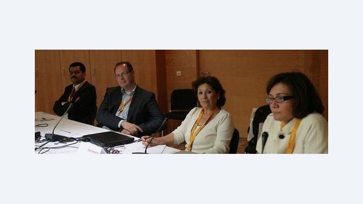 الناشطة التونسية المعروفة في مجال حقوق الإنسان سهام بن سدرين حول تعامل الدول الغربية مع ملفات الديمقراطية وحقوق الانسان في ضوء ربيع الحرية العربي.