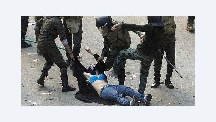الأمن المصري في عنف ضد المتظاهرات، الصورة رويتر