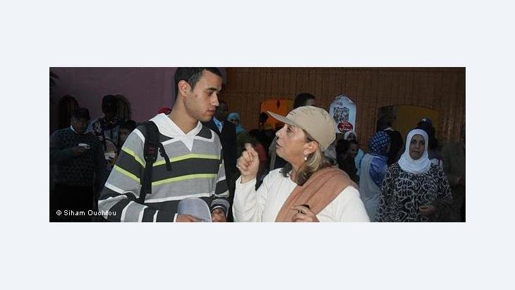 المغربية ماغي كاكون أول يهودية مرشحة للفوز بمقعد نيابي عربي، الصورة، المرشحة ماغي كاكون في حوار مع أحد الشبان خلال حملتها الانتخابية : دويتشه فيله