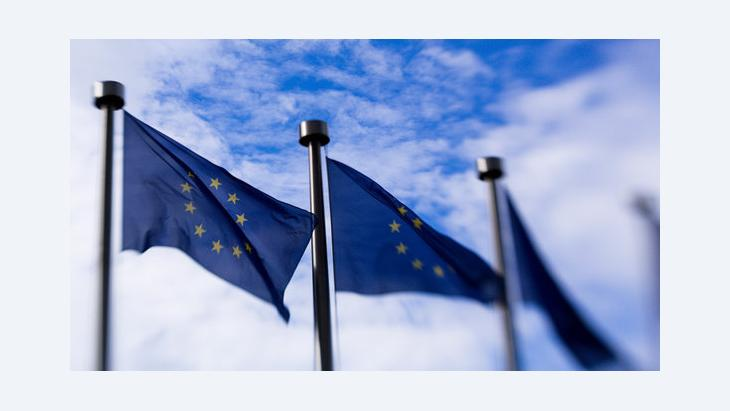 أعلام الاتحاد الأوروبي عند مبنى المفوضية الأوروبية في بروكسيل. د ب أ