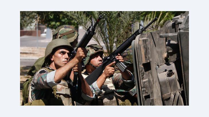 الجيش اللبناني في مواجهة مع أنصار الشيخ السلفي أحمد الأسير في منطقة عبرا. رويترز