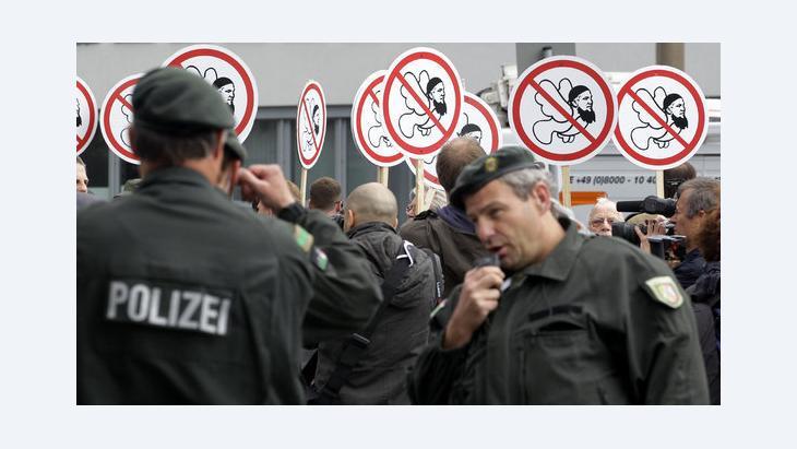 الشرطة الألمانية في مظاهرة لليمين المتطرف في مدينة كولونيا غرب ألمانيا. د ب أ