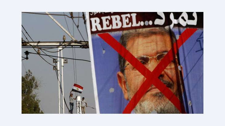 معارضو الرئيس مرسي أمام القصر الرئاسي في القاهرة. رويترز