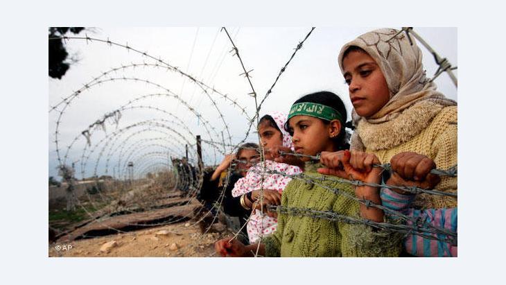أطفال فلسطينيون على الحدود المصرية الفلسطينية. أ ب