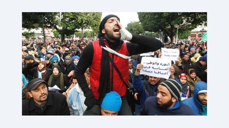 أحد أنصار حزب النهضة التونسي فبراير 2013. رويترز