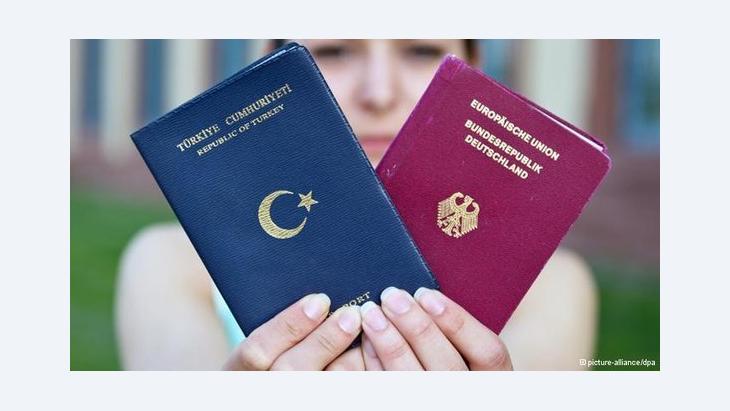 جواز سفر ألماني وآخر تركي