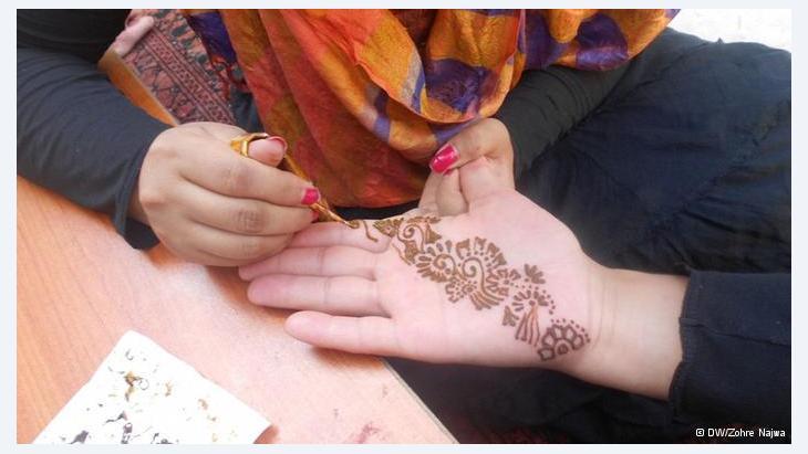 """ليلة رؤية الهلال:  في الليلة الأخيرة من شهر رمضان تبدأ استعدادات الاحتفال بالعيد، حيث تزين الكثير من النساء أيديهن بالحنة استعدادا للاحتفال في اليوم التالي. ويطلق على هذه الليلة اسم """"ليلة الهلال"""" في الهند وباكستان."""