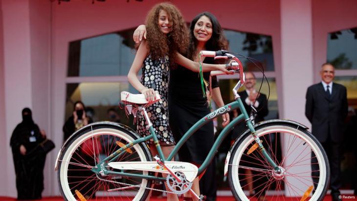 """حصل الفيلم الروائي """"وجدة"""" الذي أخرجته أول مخرجة سعودية تدعى هيفاء المنصور بالتعاون مع مجموعة روتانا الفنية على ثلاث جوائز عالمية خلال مهرجان البندقية التاسع والستين. ونقاد السينما العالمية يصفونه بـ""""العصري""""."""