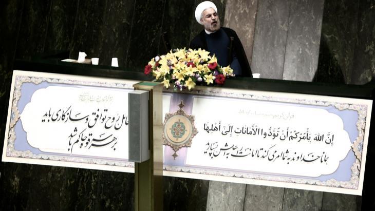 """صرَّح الرئيس الإيراني حسن روحاني مؤخرًا بأنَّ """"إيران قد بذلت قصارى جهدها من أجل تجنُّب المواجهة في سوريا"""". وقال إنَّه يأمل في حال القيام بعمل عسكري ضدّ دمشق في أن يكون هذا العمل قصيرًا وبأقلّ الأضرار. وأضاف أنَّ طهران سوف تقدِّم عندئذ مساعدات إنسانية."""
