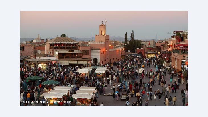 سوق للمواد الغذائية والأطعمة الشهية والأدوات المنزلية والتهريج - تجتذب ساحة جامع الفنا التي تقع في وسط مراكش أعدادًا كبيرة من السياح والتجار على حد سواء.