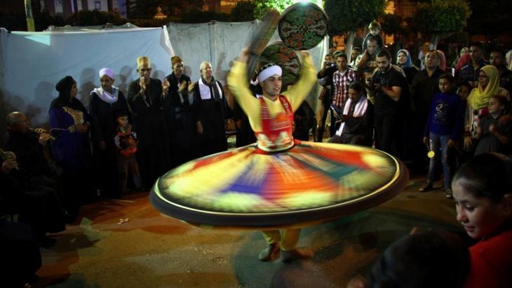 عرض التنورة وهو أحد أشهر أنواع العروض الفنية الشعبية المصرية المعروفة حول العالم والتى يتم تقديمها فى معظم المناسبات الخاصة والعامة لارتباطها بالتراث المصري.