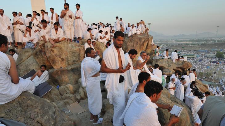 """الحجاج المسلمون بانتظار غروب الشمس على جبل الرحمة """"عرفة"""" في طريقهم إلى مكة. الحملات البيئية الإسلامية ترى في مواسم الحج والصيام أوقاتا ملائمة لتوجيه النقد الذاتي حول المواضيع البيئية."""