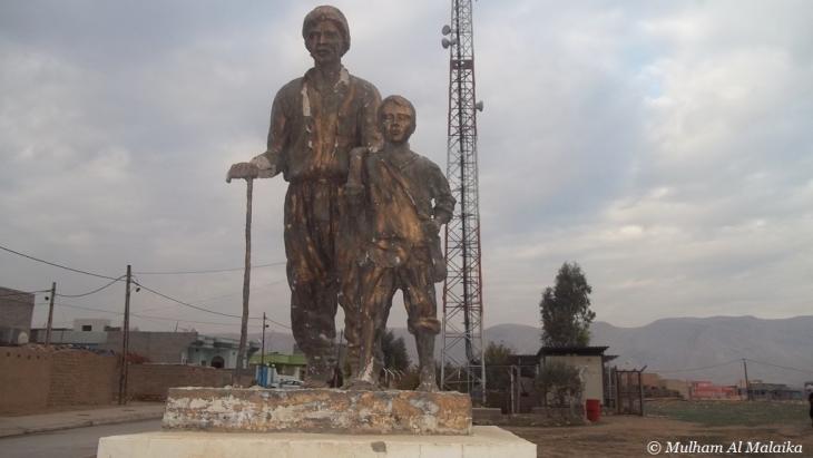 نصب تذكاري يعبر عن تناقل العقيدة الأيزيدية أباً عن جد، في كردستان العراق.