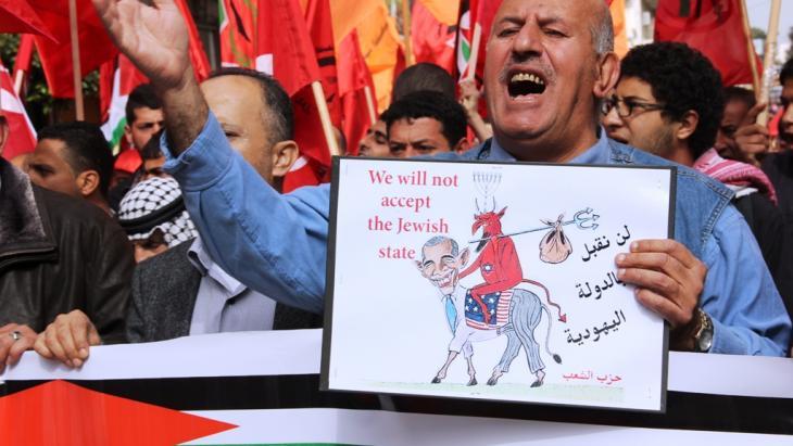 """تتضمن """"خطة كيري"""" في شقها الاقتصادي ضخ مليارات الدولارات في خزينة  السلطة الفلسطينية الفارغة، وإقامة  مشاريع  اقتصادية للنهوض بالاقتصاد الفلسطيني وتخفيض البطالة المتفشية بالأراضي الفلسطينية."""