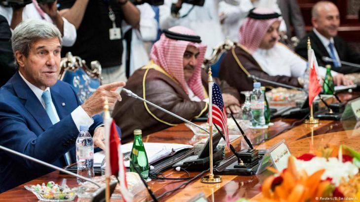 انضمام السعودية وقطر إلى جانب الإمارات والبحرين إلى التحالف الدولي لمحاربة تنظيم الدولة الإسلامية يتناقض مع دعمهما الواضح للجماعات الإسلامية في العالم.