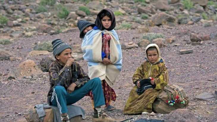 السكن حاجةٌ بعيدةٌ عن متناول يد أفقر الفقراء في المغرب: تنتشر الأكواخ وغرف الصفيح حتى على أسطح المنازل في المدينة العتيقة في الدار البيضاء، فالمساكن قليلةٌ في المدينة المليونية نظرًا للنزوح من الريف والتحضُّر.