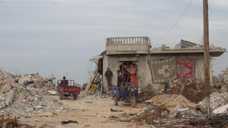 منزل أم فادي النجار في بلدة خزاعة الحدودية.