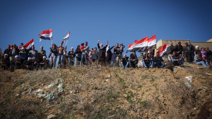 الأسد بحاجة إلى الدروز. فهم يمثلون حاجزاً استراتيجياً يفصل دمشق عن المناطق التي تسيطر عليها مجموعات المعارضة في جنوب البلاد. ولكن ما لم يكن التحالف الدولي مستعداً لتغيير معادلة الأسد بقرار منهم بدعم الدروز، سيظل الأسد على المسار نفسه، وسيظل الدروز محاصرين بين نظام مستبد هم بحاجة إليه على مضض والمتطرفين الذين يخشون انقضاضهم عليهم.