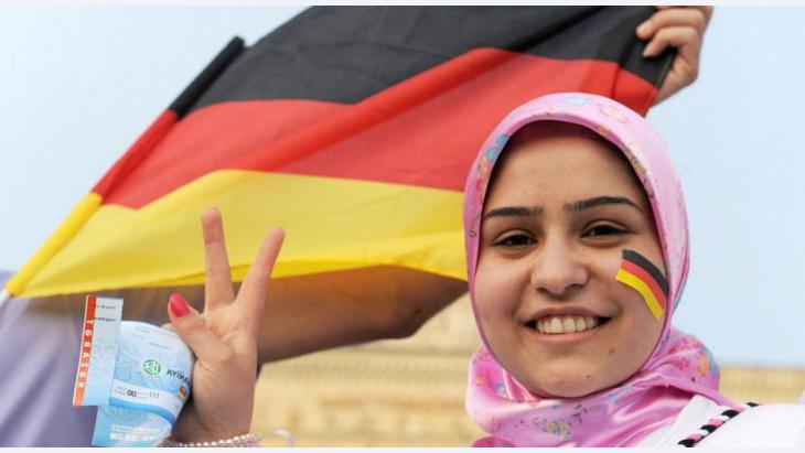 عندما يُدرج الحجاب برامجهم الإنتخابية muslimamitdeutschlandfahne_1.jpg?itok=UHGNZCah