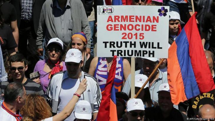 إحياء للذكرى المئوية لمجازر الأرمن، خرج آلاف اللبنانيين الأرمن في مسيرة إلى الشوراع شمال بيروت. بالمقابل حمل سكان طرابلس أعلام تركيا تضامنا مع أنقرة.
