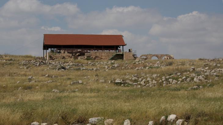 من الطريق المؤدي إلى قرية خربة سوسية الفلسطينية، منظر للكنيس القديم الذي تم تحويله فيما بعد إلى مسجد.