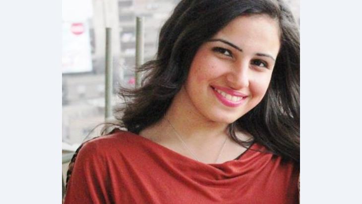 """الكاتبة المصرية نهلة كرم كتبت رواية """"على فراش فرويد"""" بهدف طرح التاريخ الجسدي والجنسي والاجتماعي للمرأة بعامة، وهي مكتوبة بمنظور نسائي بحت، لكنها تعد رواية خضوع وكمون، وكأن الكاتبة ذاتها لا تريد أن تتمرّد في نموذجها السردي."""