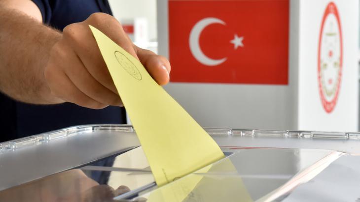 تشكل الانتخابات البرلمانية التي تشهدها تركيا اليوم هذه المرة محكا حقيقيا لحزب العدالة والتنمية ولرئيس البلاد أردوغان، حيث قد يدخل الحزب الديمقراطي الشعبي الكردي البرلمان، مما يعني خسارة حقيقية للحزب الإسلامي.