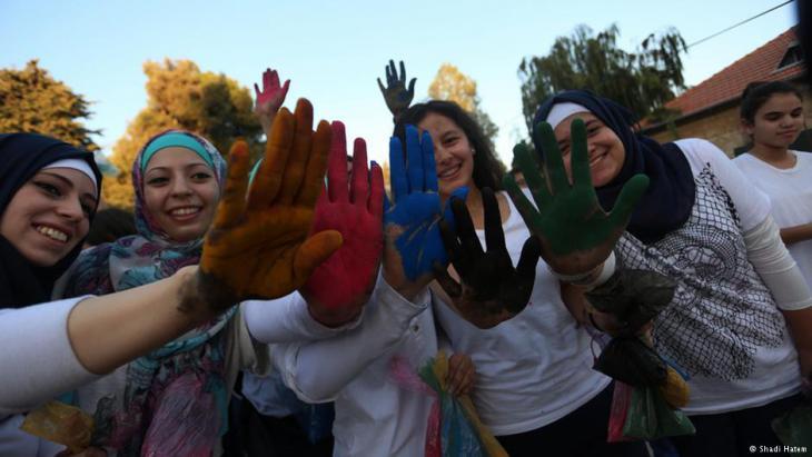 وصل مهرجان الألوان الى الاراضي الفلسطينية، حيث تراشق مئات الشباب بالالوان، محاولين بذلك بث روح المرح والتلاحم بين فئات المجتمع الواحد.