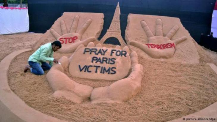 هذا الفنان الهندي عبر رفضه للإرهاب وعن تضامنه مع الفرنسيين بطريقته وذلك في لوحة فنية معبرة